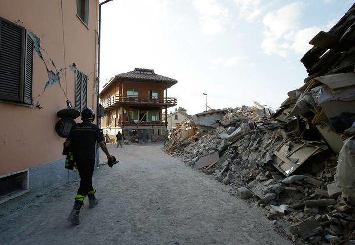 Los bomberos tienen cada vez menos esperanzas de encontrar sobrevivientes del sismo en Italia. Las réplicas del temblor causaron pánico en los habitantes, sobre todo del punto más afectado: Amatrice. (AP)