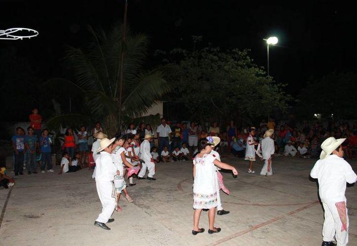 Los niños presentaron una serie de bailables jaraneras. (Raúl Balam/SIPSE)