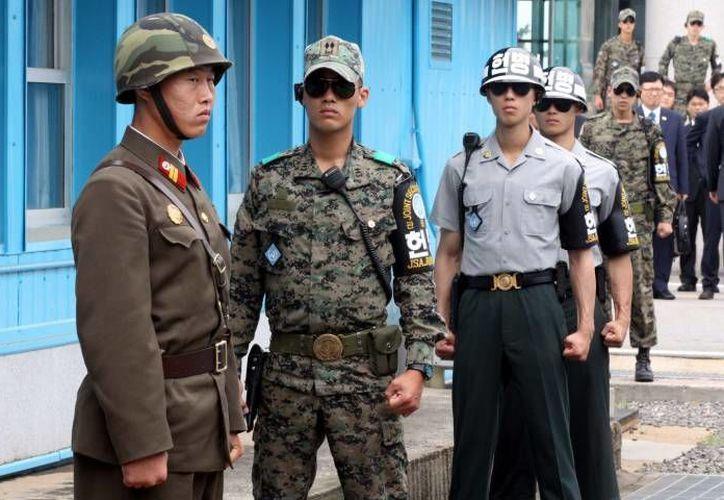 En el marco del conflicto militar entre las dos Coreas ocasionalmente ocurren tiroteos entre soldados. En esta foto, uno de Corea del Norte (i) y uno de Corea del Sur hacen guardia en la zona norcoreana de Panmunjom. (Foto de archivo: AP)