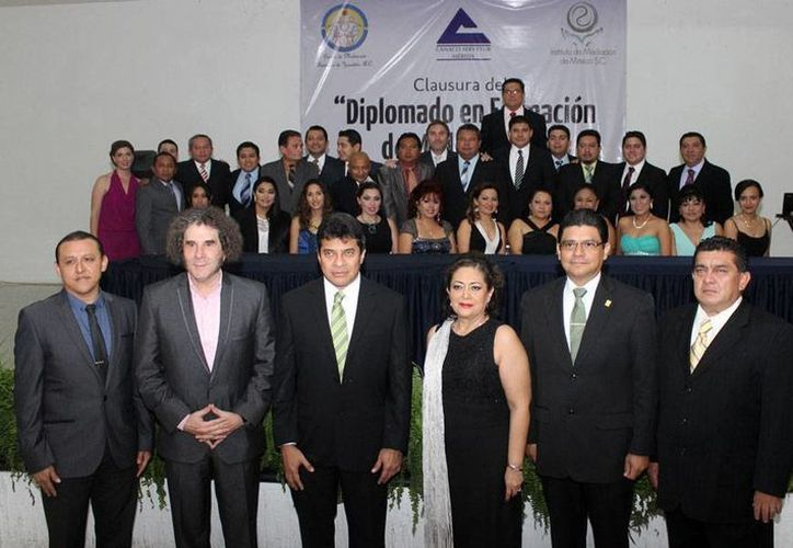 En la Canaco-Mérida, 24 mediadores (en segundo plano) recibieron sus constancias, tras aprobar un curso de 180 horas. En primer plano, los funcionarios que entregaron las constancias. (Cortesía)