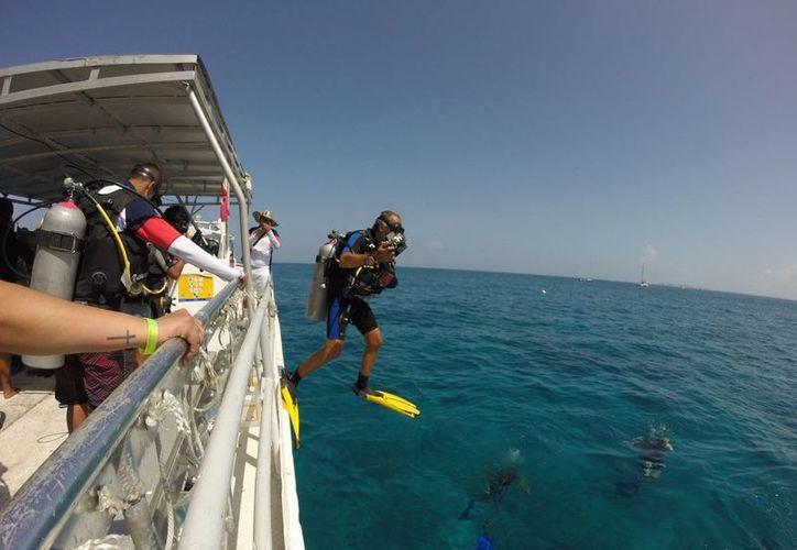 Los guías deben informar a los turistas sobre los atractivos en el fondo del mar. (Luis Soto/SIPSE)