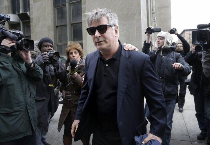 El actor Alec Baldwin sale de un juzgado en Manhattan tras declarar en el juicio a un individuo que lo acosaba. (Agencias)