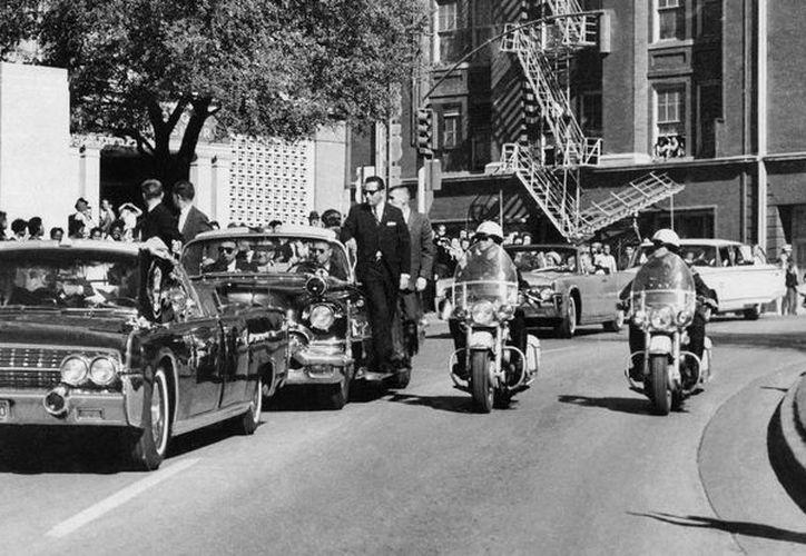 Imagen del recorrido del entonces presidente de Estados Unidos John F. Kennedy, momentos antes de ser baleado el 22 de noviembre de 1963 en Dallas Texas. (AP)