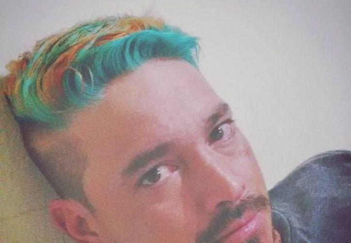 Bolaños se tiñó el pelo como el reguetonero, en su versión multicolor. (Instagram).