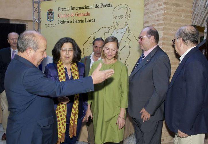 El jurado del Premio Internacional de Poesía Federico García Lorca fue presidido por el alcalde de Granada, José Torres Hurtado (i) (EFE)