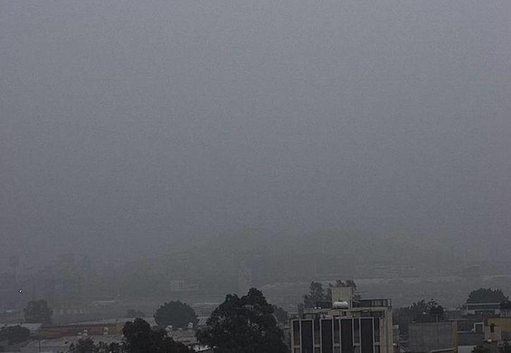 Imagen tomada de la cuenta de Twitter de Webcams de México que muestra el banco de niebla que afectó las operaciones del AICM. (twitter/@webcamsdemexico)
