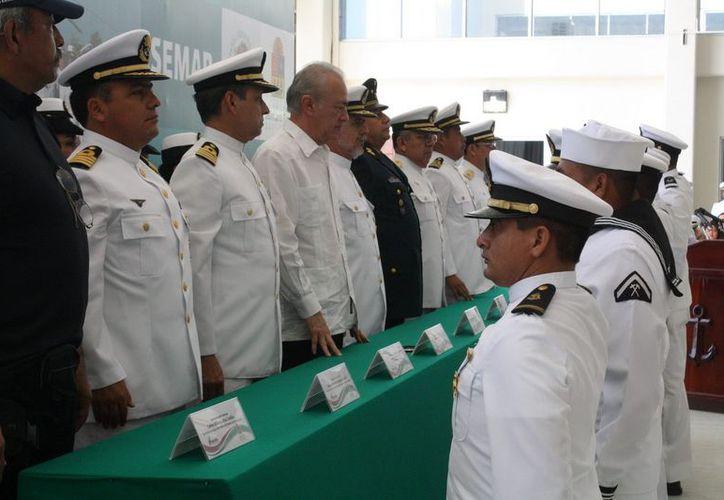 Entre los elementos condecorados por perseverancia y años de servicio se encuentran Capitanes, Oficiales, Clase y Marinos. (Redacción/SIPSE)