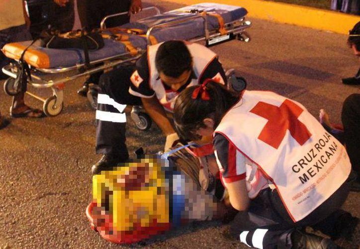Paramédicos de la Cruz Roja atendieron al atropellado. (Cortesía/SIPSE)