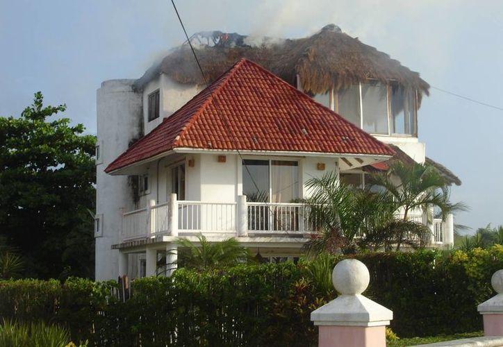 La vivienda afectada se localiza en la carretera costera sur. (Redacción/SIPSE)