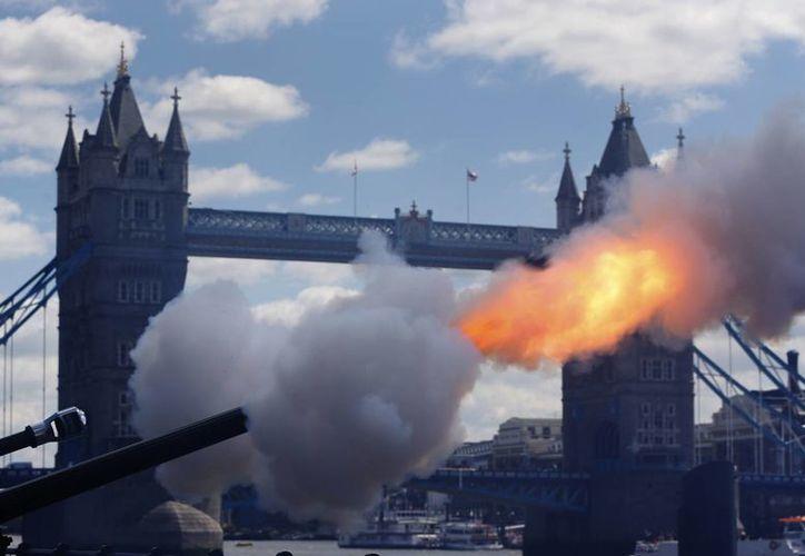 Después del mediodía, los militares dispararon 41 cañonazos en honor de la soberana. (Agencias)