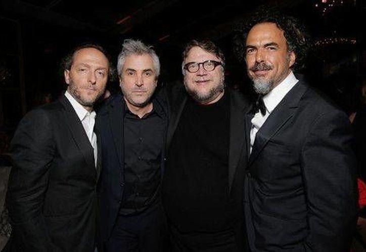 El cineasta Alejandro González celebró con los también mexicanos Alfonso Cuarón, Emanuel Lubezki y Guillermo del Toro la obtención de dos Globos de Oro. (Milenio)