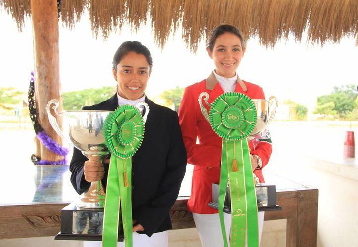 Lizzie Escobar Novelo (i) y Leopoldina Castro Cáceres, ganadoras en el <i>Campeonato Nacional Salto de Obstáculos</i> efectuado en Balvanera, Querétaro. (Milenio Novedades)