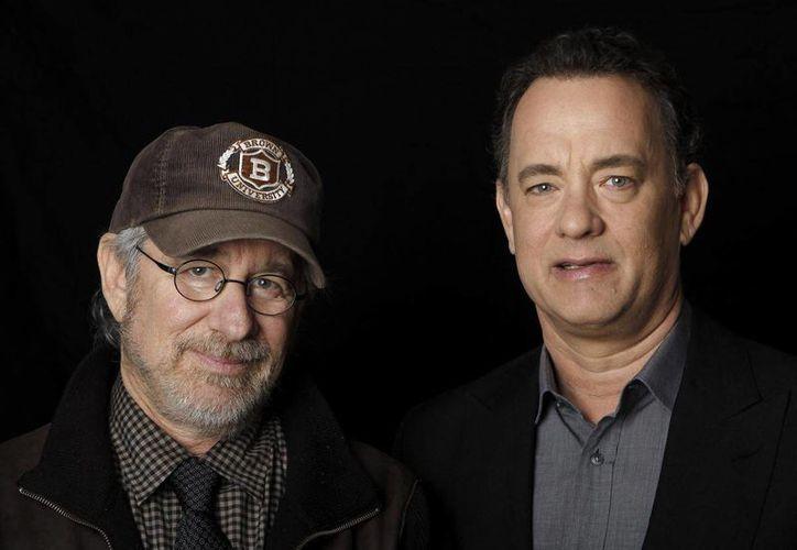 Spielberg (i) y Hanks trabajaron juntos por primera vez en 'Salvando al Soldado Ryan', en 1998. (Foto: AP)
