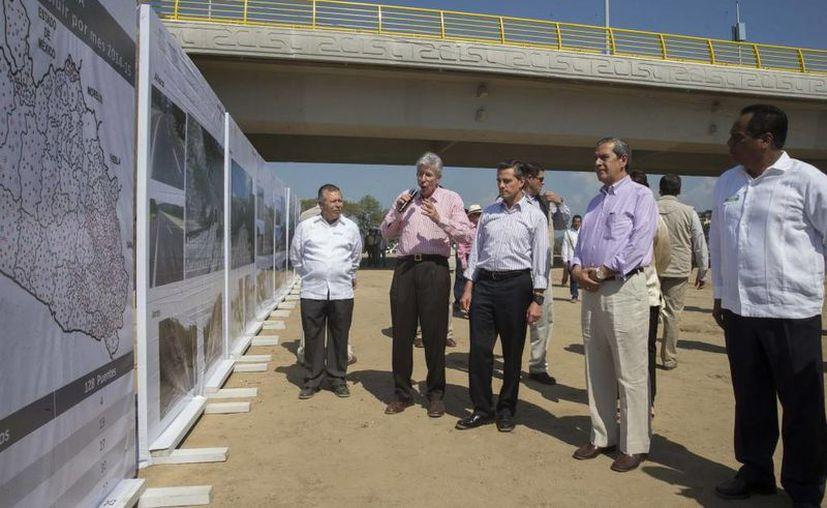 Peña Nieto inaguró este jueves un puente que fue destruido por el paso del huracán Manuel en Guerrero. (Presidencia)