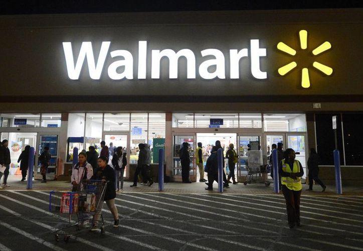 Fachada de una tienda de Walmart, en Alexandria, Virginia, EU. El corporativo anunció el cierre y apertura de establecimientos afectando a miles de  empleados. (EFE/Archivo)