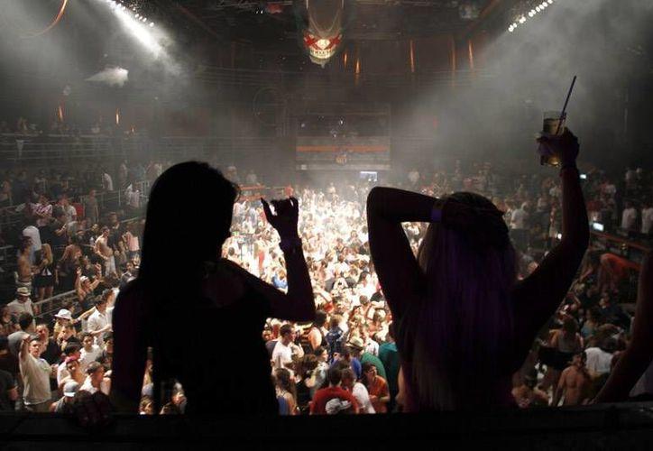 Los jóvenes se gastan alrededor de 19 mil pesos anuales en fiestas. (Israel Leal/SIPSE)