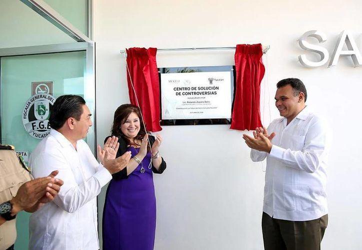 La fiscal y el jefe del Ejecutivo develaron la placa inaugural del Centro de Solución de Controversias de la Fiscalía General del Estado. (Milenio Novedades)