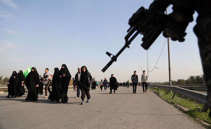 Entre los atentados cometidos en las últimas horas por terroristas en Irak está la matanza de un grupo de peregrinos chiítas (como los de la foto) que se dirigían a Karbala . (Agencias)