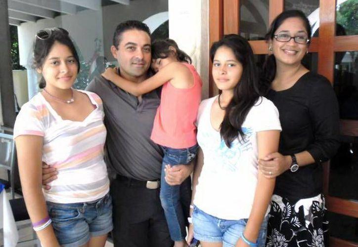 Mientras se decide a regresar a Leones de Yucatán, Oswaldo Morejón y su su esposa Lizeth López organizan el Torneo de Selección Princesa Maya. (Milenio Novedades)