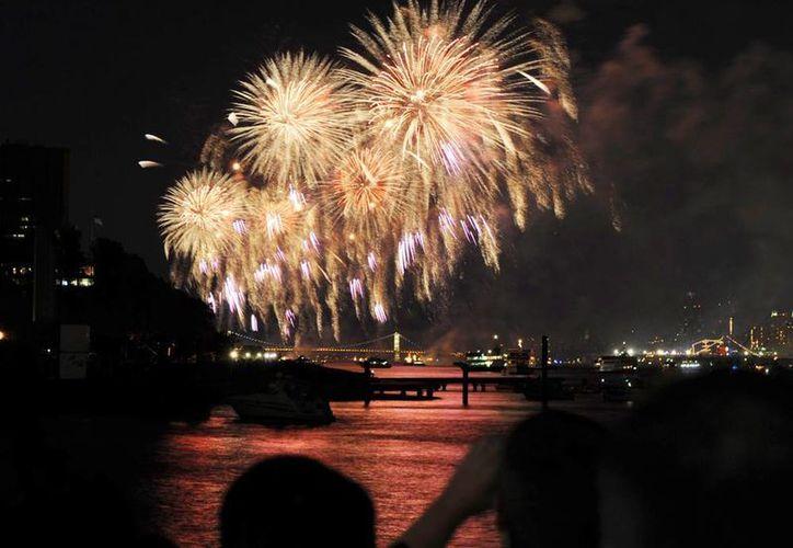 Vista general de los fuegos artificiales explotando sobre el río Hudson frente al puente George Washington, en Hoboken, Nueva Jersey EU. (EFE/Archivo)