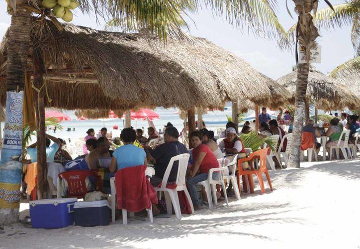 La temporada alta ya llegó a Mahahual y con ella cientos de visitantes nacionales y extranjeros. (Harold Alcocer/SIPSE)
