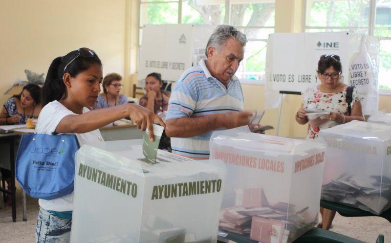 Los interesados en las promociones, deben mostrar su dedo marcado y su IFE o INE. (Marco Moreno)