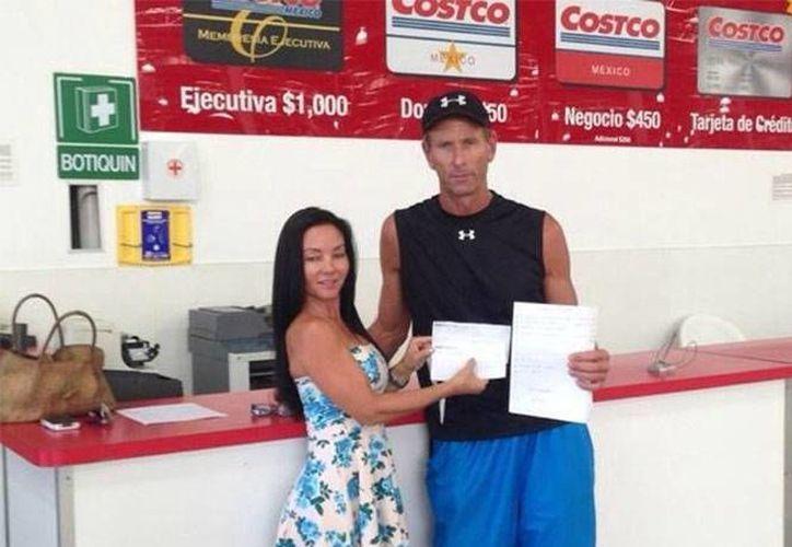 Los extranjeros Cristina Frie y Dirk Meyer se presentaron en Costco a pagar lo que se llevaron el pasado 17 de septiembre: una pantalla y un kayak. (Excélsior)