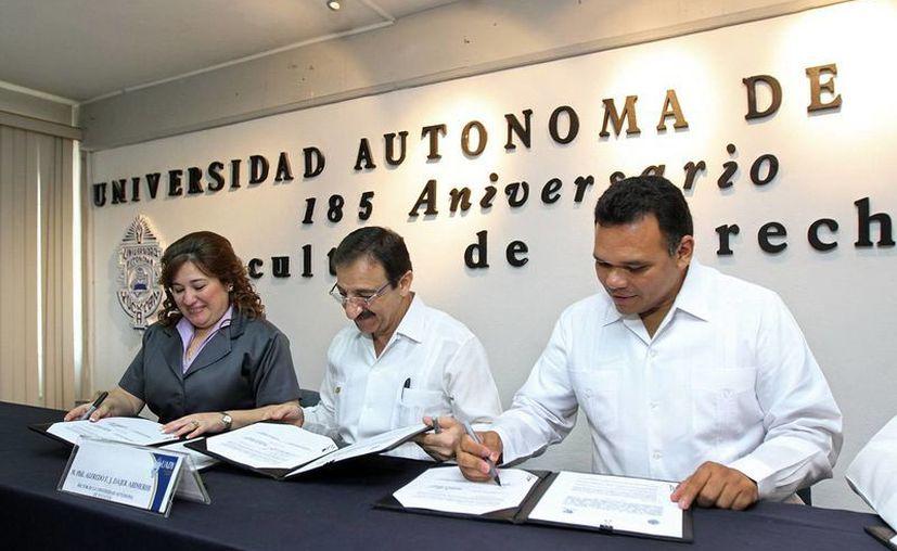 La fiscal Celia Rivas; el rector de la Uady, Alfredo Dájer y el gobernador, Rolando Zapata, en la firma del convenio. (Cortesía)