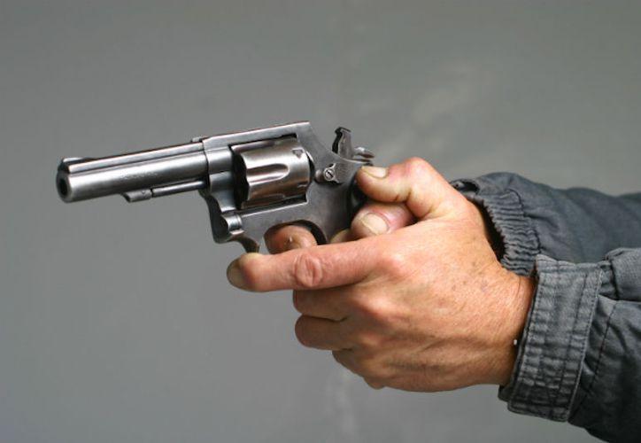 El hombre disparó hacia la camioneta, lesionando con un arma de fuego a su hijo de 22 años. (Foto: Contexto)
