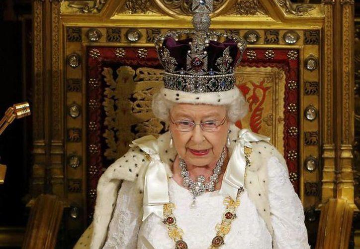 La reina Isabel II de Inglaterra pronuncia su discurso anual ante el Parlamento en Londres. (EFE)