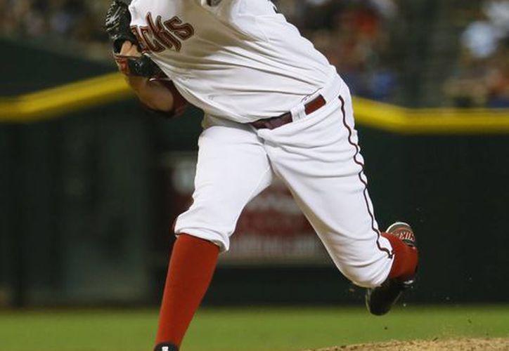 El pitcher mexicano de los Diamondbacks, Oliver Pérez, lanza contra los Dodgers el 30 de junio de 2015 en Phoenix. Pérez fue canjeado a los Astros de Houston el viernes 7 de agosto. (AP)