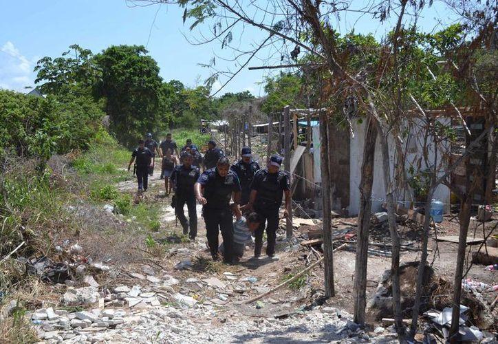 La policía detuvo a seis personas señaladas por los habitantes de un asentamiento irregular de robos, extorsiones y amenazas. (Octavio Martínez/SIPSE)