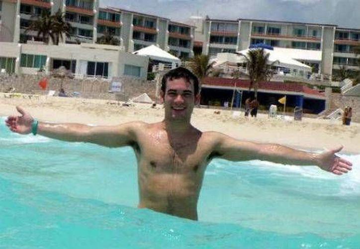 Damián mientras se tomaba una fotografía en las playas de Cancún. (Redacción/SIPSE)