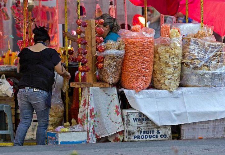 Las calles del país, en especial afuera de escuelas, parques, paradas de autobús y estaciones del Metro, están llenas de vendedores que ofrecen frituras caseras o sin marca. (Foto: mexicampo.com.)