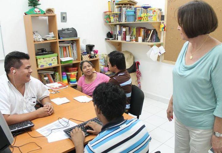 El profesor aplicando terapia visual y auditiva a los menores. (Cortesía/SIPSE)