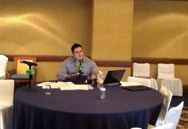 """David Páramo es titular de """"No tires tu dinero"""", en Grupo Imagen y """"Poder Financiero"""", en Proyecto 40; escribe la columna """"Personajes de Renombre"""", en Excelsior. (Twitter)"""
