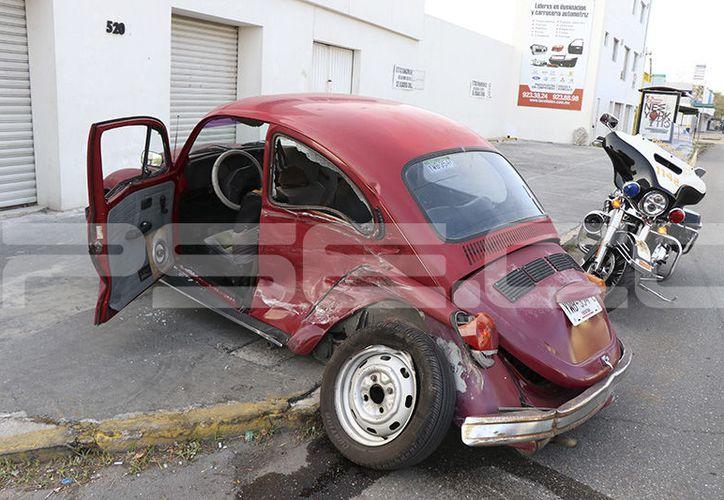 El accidente dejó severos daños en un vehículo Volkswagen, cuyo conductor fue atendido por paramédicos. (Aldo Pallota/SIPSE)