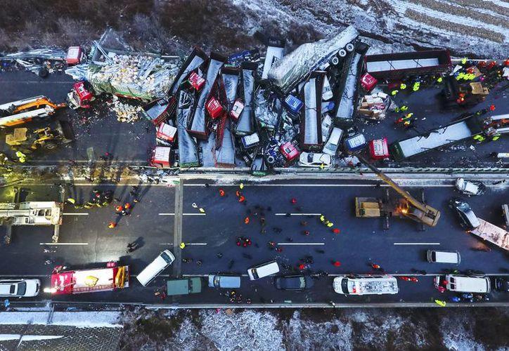 Los equipos de emergencia trabajan para rescatar a sobrevivientes y atender a los lesionados de la colisión múltiple. (Zhan Yan/Xinhua via AP)