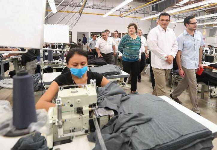 """El gobernador Rolando Zapata presidió ayer la inauguración de la planta maquiladora de ropa """"Zaga"""", en el municipio de Halachó. (Cortesía)"""