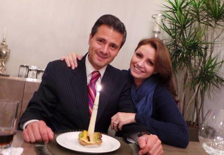 Peña Nieto al celebrar su cumpleaños 47 hace unos días con su esposa Angélica Rivera. (Facebook)