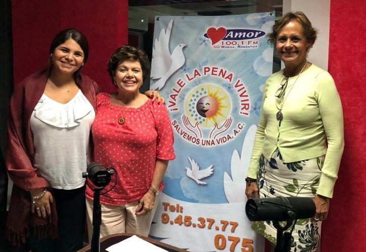 Renata Cámara, Alis García y la doctora Pilar Calva Mercado, durante el programa radiofónico. (Novedades Yucatán)