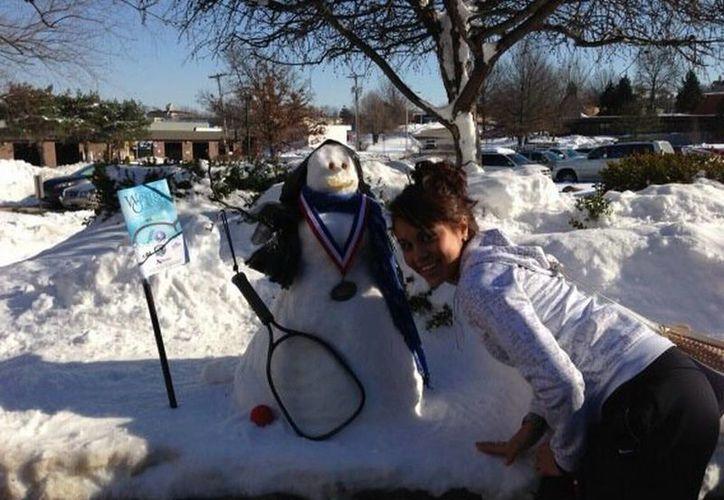 'Se me olvido compartirles con que me recibieron en Kansas! Mi Monita de nieve', escribió la racquetbolista en su cuenta de Twitter.(@paolongoria)