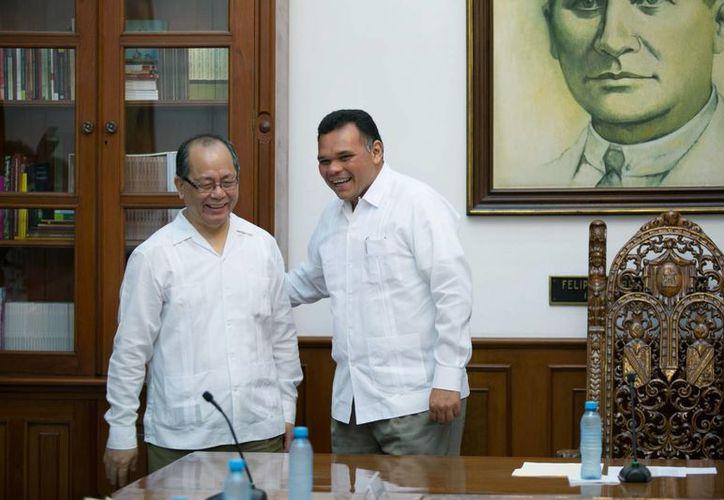 El gobernador de Yucatán, Rolando Zapata, con el embajador de China en México, Qiu Xiaoqi. En Yucatán hay hoy unos mil chinos. (SIPSE)