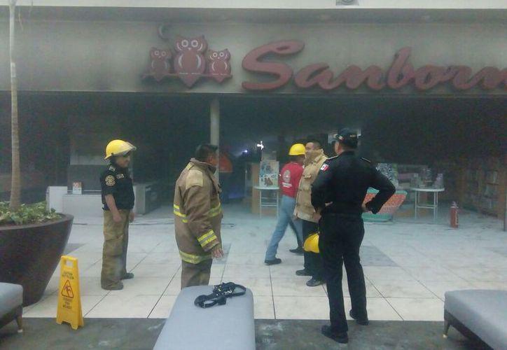 La plaza comercial permanece cerrada debido a que personal de Protección Civil y Bomberos revisan el inmueble. (Milenio Novedades)