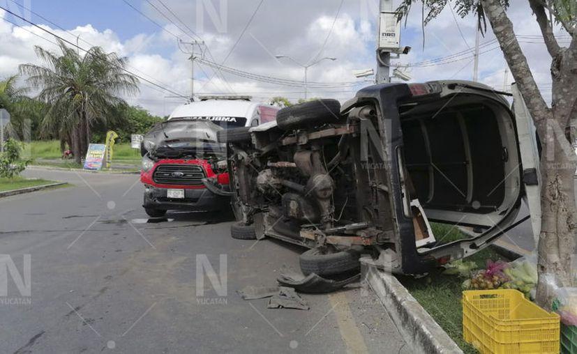 Peritos de la SSP llegaron al lugar de los hechos para hacerse cargo del percance y deslindar responsabilidades. (Novedades Yucatán)