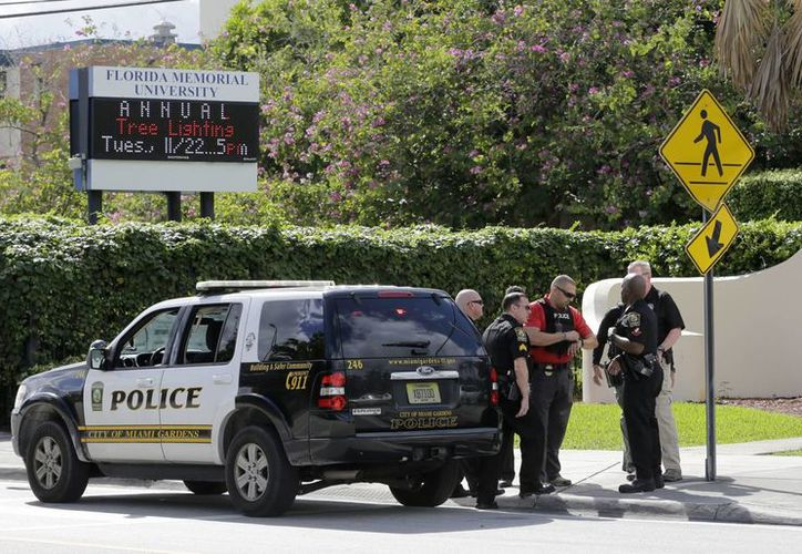 Oficiales de la Policía de Miami Gardens, en la entrada de la Universidad Memorial de Florida, donde este martes 22 de noviembre de 2016 se registró un tiroteo. (AP/Alan Diaz)