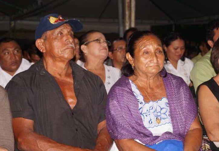 Entre los casados estaban Esteban Kuk y Tec y Eduarda Canul, quienes llevaban 50 años de vivir en unión libre. (Cortesía)