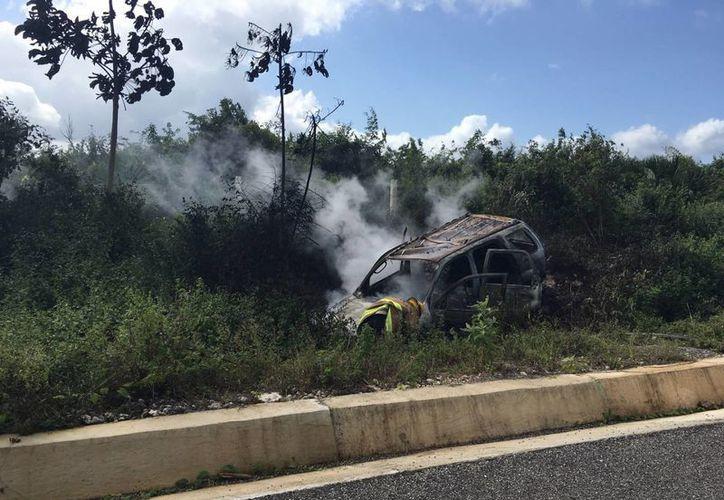 La camioneta en la que viajaba una familia que estaba de vacaciones, quedó completamente quemada. (Redacción/SIPSE)