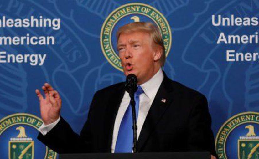 El presidente estadounidense, Donald Trump, anunció que planea construir un oleoducto en dirección a México, debajo del muro fronterizo. (Aristegui Noticias)