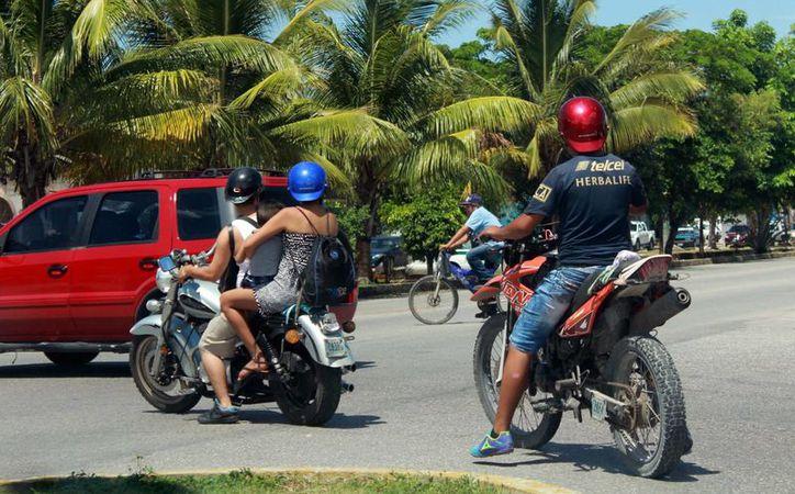La recomendación es que además del uso obligatorio del casco, el conductor viaje con botas, chalecos y protecciones. (Luis Soto/SIPSE)